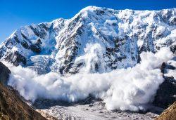 Под лавиной в Альпах погибли лыжники